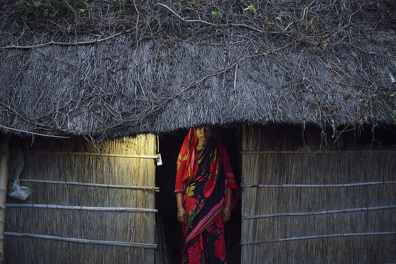 | Grâce à l'électricité, Sheili peut cuisiner le soir. Pendant la journée, elle prend quelques heures pour vendre des panneaux solaires. Elle gagne une commission qui lui est versée sur un compte bancaire à son seul nom.