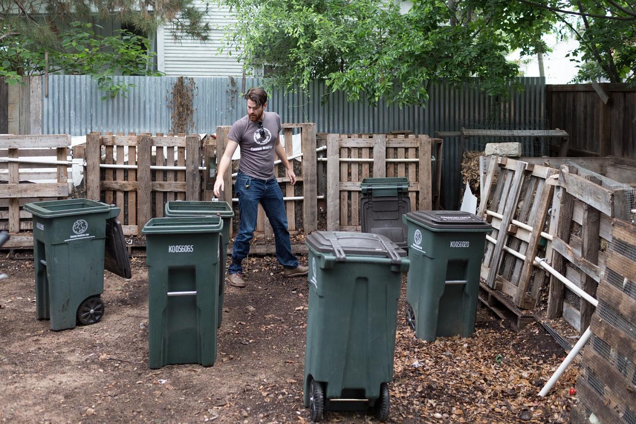 | Dustin Fedako a imaginé un service de collecte de déchets ménagers et de compostage propre, les transports ne s'effectuant qu'à vélo. Le compost bénéficie aux fermes urbaines et jardins partagés, et les clients sont récompensés par des points à échanger dans des commerces locaux. Une économie à l'échelle de la communauté.