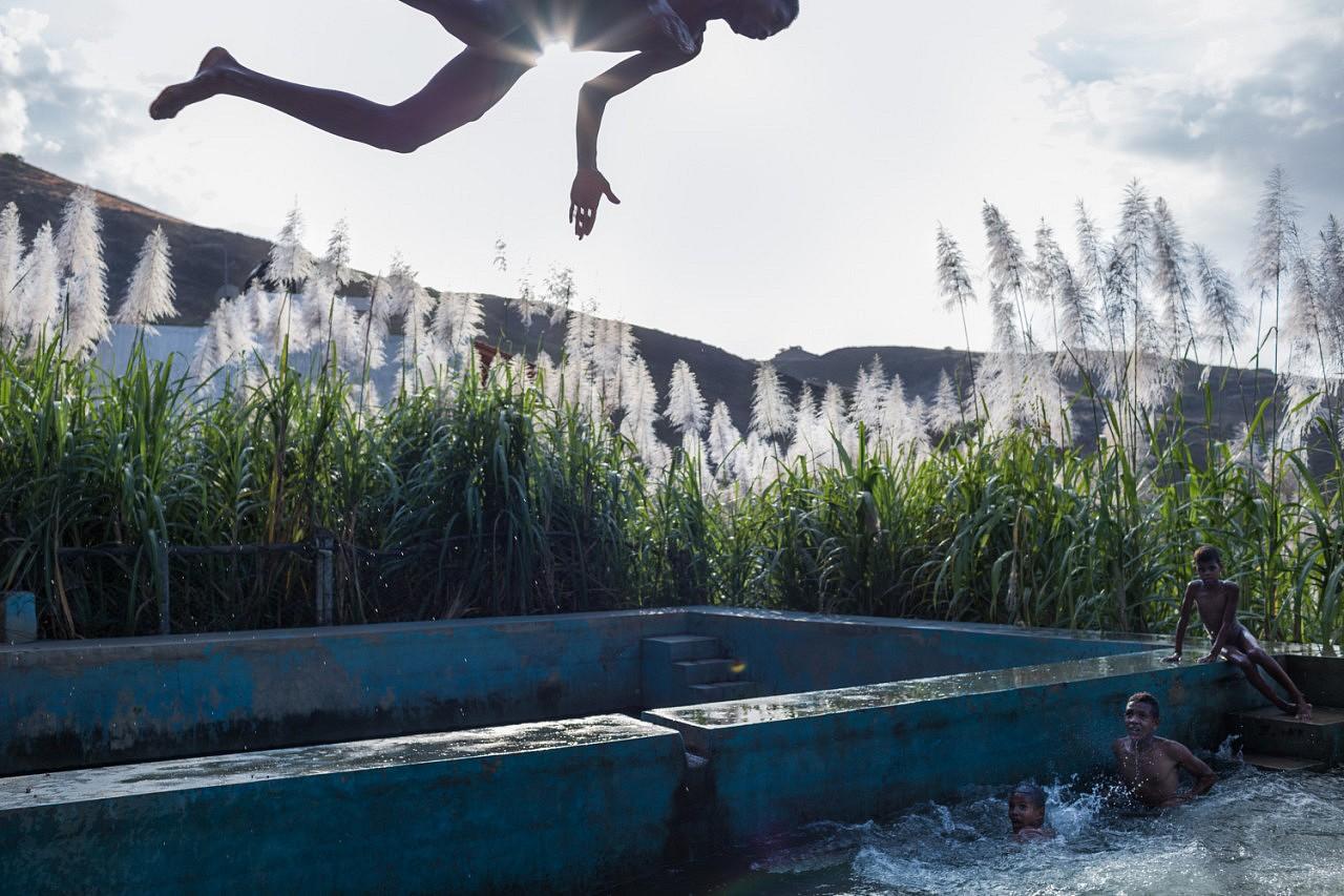 | A Ribeira da Cruz sur l'île de Santo Antao, l'eau pompée pour l'irrigation des cultures grâce à l'énergie solaire, fait parfois double usage...