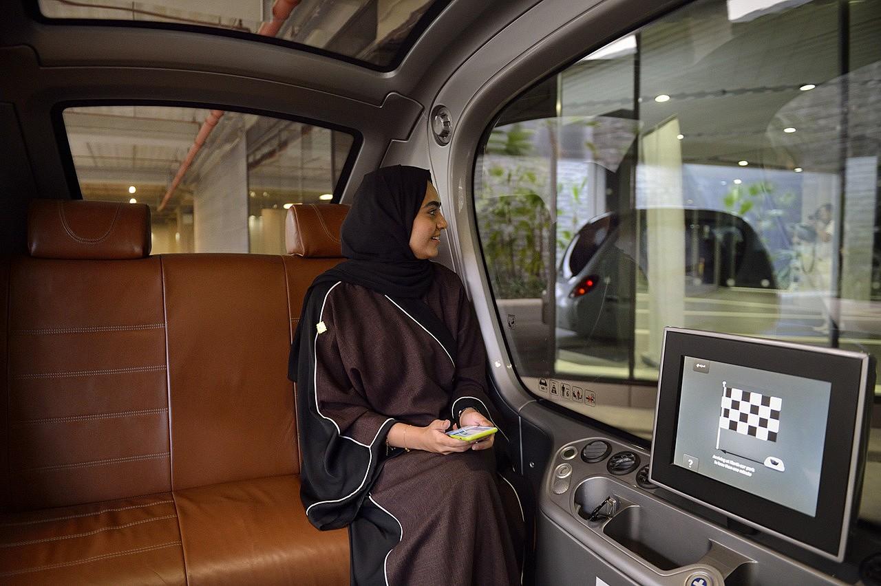 | Pour se déplacer, les habitants doivent laisser leur voiture à l'entrée de la cité - entièrement piétonne - et monter à bord de véhicules électriques auto-guidés : les Transports Rapides et Personnels.
