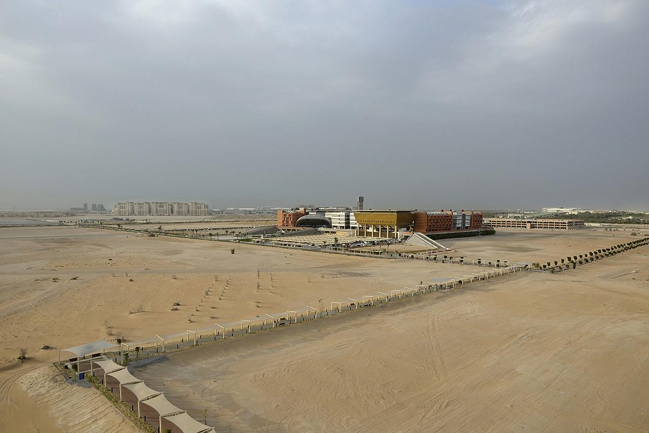 | Conscient des limites de ses ressources en pétrole et gaz, Abu Dhabi prépare l'après-pétrole. Pour rester leader dans le marché de l'énergie, l'émirat a fait jaillir des sables, Masdar, une cité pionnière à faible empreinte carbone.