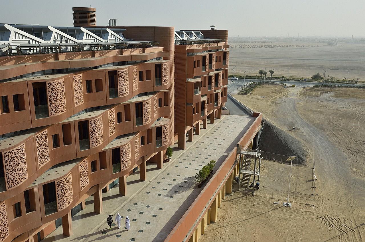 | À cause de la crise économique de 2008-2009, le chantier a pris du retard. Pour l'instant, 10 % de la ville a été construit ou est en cours d'édification. L'ensemble, d'une surface de 6 km2, sera achevé en 2030. Les premiers habitants devraient arriver en 2017.